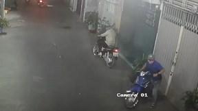 Bẻ khóa trộm xe máy siêu nhanh trong hẻm đông người qua lại