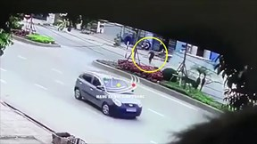 Xe tải đâm trúng người đàn ông băng qua đường bị ngã