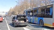 Ô tô con bất ngờ phát nổ ngay sát xe buýt đang chạy trên đường