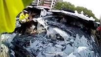 Giải cứu nữ tài xế và 2 con nhỏ bất ngờ bị 30 tấn kính chôn vùi cùng ô tô