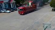 Lái thẳng xe tải đang bốc khói nghi ngút vào trạm cứu hỏa nhờ dập lửa