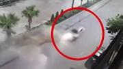 Taxi phóng tốc độ cao 'cày nát' giải phân cách trên phố
