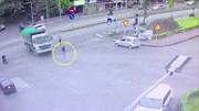 Thiếu quan sát, xe ben quay đầu cuốn cô gái trẻ đang đi bộ vào gầm