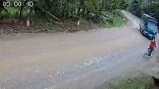 Vào cua 'không phanh', xe tải lao thẳng vào người phụ nữ đi xe đạp
