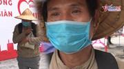 Người nghèo Hà Nội rớm nước mắt ôm chặt quà từ ATM gạo