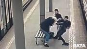 Bị 2 kẻ lang thang lấy ba lô, nam thanh niên đòi lại thì bị đánh túi bụi