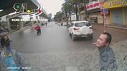 Nam thanh niên dừng ô tô nhặt ví trả lại người đánh rơi thì bị đe dọa