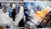 Ô tô bất ngờ lao vào cửa hàng, hạ gục nhân viên bảo vệ