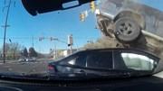 Xe bán tải bị ô tô vượt đèn đỏ tông bay lên nóc xe khác