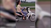 Nữ sinh 16 tuổi điều khiển xe máy bằng chân bị công an triệu tập