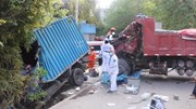 Khoảnh khắc 2 xe tải đấu đầu rồi húc sập nhà dân