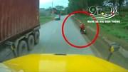 Tài xế container phản ứng kịp thời tránh 3 mẹ con đi xe máy tự ngã