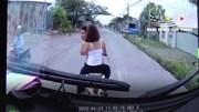 Người đàn ông xăm trổ chở theo vợ lạng lách, chặn đầu thách thức xe tải