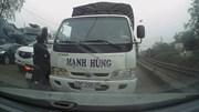 Lấn làn, tài xế xe tải vẫn 'thi gan' với ô tô đi đúng đường