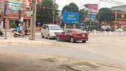 Đi sai bị xe khác chặn đầu, nữ tài xế livestream khiến dân mạng bất bình
