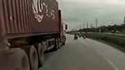 Tài xế container đánh lái 'dọa' xe máy đi ngược chiều gây chú ý