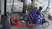 Cặp đôi đi xe máy nhanh tay trộm xe đạp trẻ em