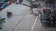 Khoảnh khắc thanh niên cưa cây suýt đổ trúng đầu người đi bộ và xe máy