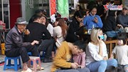 Vừa nới cách ly: Cafe san sát người, trà đá vỉa hè vô tư hoạt động