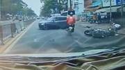 Ô tô tự tông dải phân cách khiến xe máy phía sau ngã văng xuống đường