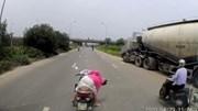 Người phụ nữ quay xe máy giữa đại lộ nhặt đồ bất chấp nguy hiểm