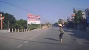 Người phụ nữ sang đường không quan sát và cú đánh lái kịp thời của tài xế
