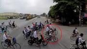 Video tài xế container dừng xe nhường nhóm học sinh băng qua QL5 gây sốt