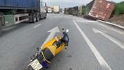 Container bị lật sau cú đánh lái tránh xe máy sang đường ẩu