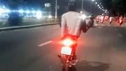 Thanh niên lái xe máy bằng 2 chân nghênh ngang ở Đà Nẵng