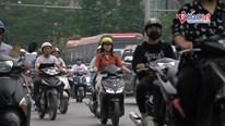 Bật đèn xe máy giữa trời nắng nóng, phản ứng mọi người thế nào?