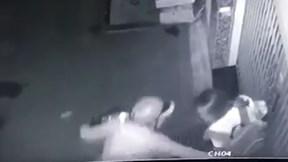 Người đàn ông ngang nhiên sàm sỡ cô gái 2 lần ngay trước của nhà