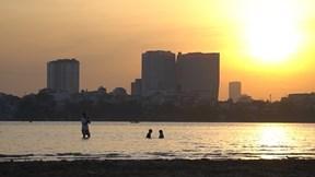 Bất chấp nguy hiểm, người Hà Nội đổ ra sông Hồng 'tắm giải nhiệt'