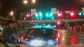 Ô tô trôi lùi nhưng tài xế xuống bắt đền xe sau vì có…camera