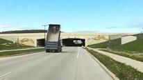 Quên hạ thùng, xe tải mắc kẹt vào hầm cầu vượt
