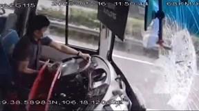 Khoảnh khắc thanh sắt rơi từ xe tải đâm xuyên kính chắn gió xe khách