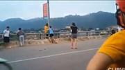 Cô gái trẻ đứng ngoài thành cầu, nam thanh niên có màn giải cứu đầy bất ngờ