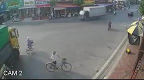Tránh người sang đường, bé gái đi xe đạp rơi vào điểm mù xe tải