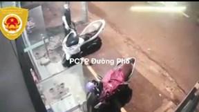 Kiên nhẫn ngó nghiêng rồi nhanh tay bẻ khóa xe PCX ngay trước cửa hàng