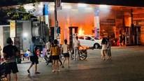 Hình ảnh ô tô lùi trúng cột bơm khiến cây xăng cháy dữ dội lúc nửa đêm