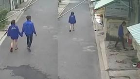 Đang nắm tay bạn gái đi dạo, nam thanh niên có hành động gây xôn xao