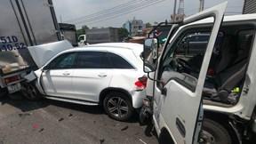 11 ô tô tông liên hoàn, xe Mercedes bị ghim chặt nát đầu và đuôi