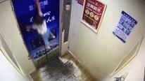 Kẹt dây dắt chống lạc, bé gái bị treo lơ lửng trong thang máy