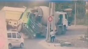 Xe tải trượt dài va xe bồn, húc đổ cột điện đè trúng người đi bộ