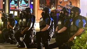 Trong bạo loạn, cảnh sát Mỹ đồng loạt quỳ gối cùng người biểu tình