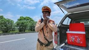 Cảnh sát giao thông phơi mình dưới nắng bỏng rát làm nhiệm vụ