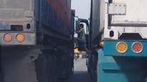 Tài xế container dừng xe giữa đường, cầm cờ lê 'dằn mặt' nhau sau va chạm