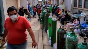 Giữa đại dịch, dân Peru xếp hàng dài mua mặt hàng 'kỳ lạ'