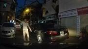 Cư dân mạng bức xúc tài xế đỗ ô tô chắn hết lối đi, ép xe khác quay đầu