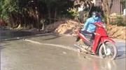 Đeo kính mát, cô gái đi xe máy lao thẳng vào đường vừa đổ bê tông