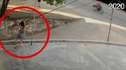 Khoảnh khắc bé gái chơi trước cửa nhà bị điện giật